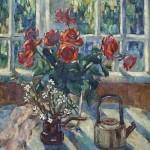 Анна Чепель. Натюрморт с букетом роз, 2001. Букет красных роз и веточка цветущей вишни, чайник на фоне окна и природы, освещенной солнцем.