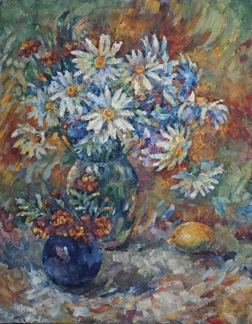 Анна Чепель. Ромашки, 1999. Натюрморт с букетами цветов в вазах и лимоном на ярком фоне.