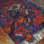 Анна Чепель. Восточный натюрморт с гранатом, 2000. Натюрморт, выполненный в восточном колорите с соответствующими предметами быта - гранаты, ковёр, металлический кофейник, бутыль.
