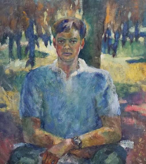 Анна Чепель. Алёша, 1999. Изображение юноши, сидящего около дерева на фоне освещенной солнцем поляны. Портрет с руками.