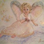 Анна Чепель. Ангел, 2015. Сидящая на облаке фигура ангела с розой в руке и порхающими мотыльками.