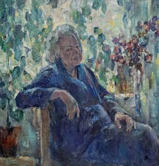 Анна Чепель. Портрет Анны Петровны, 2003. Изображение женщины пожилого возраста в серебристых тонах, сидящей на стуле на фоне цветов и растений.