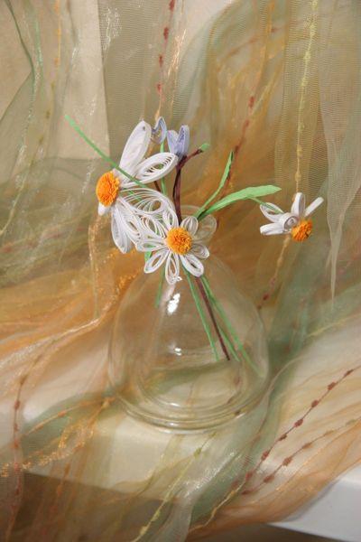 Бумажные цветы в стеклянной вазочке. Работа с детьми. Педагог Анна Чепель.